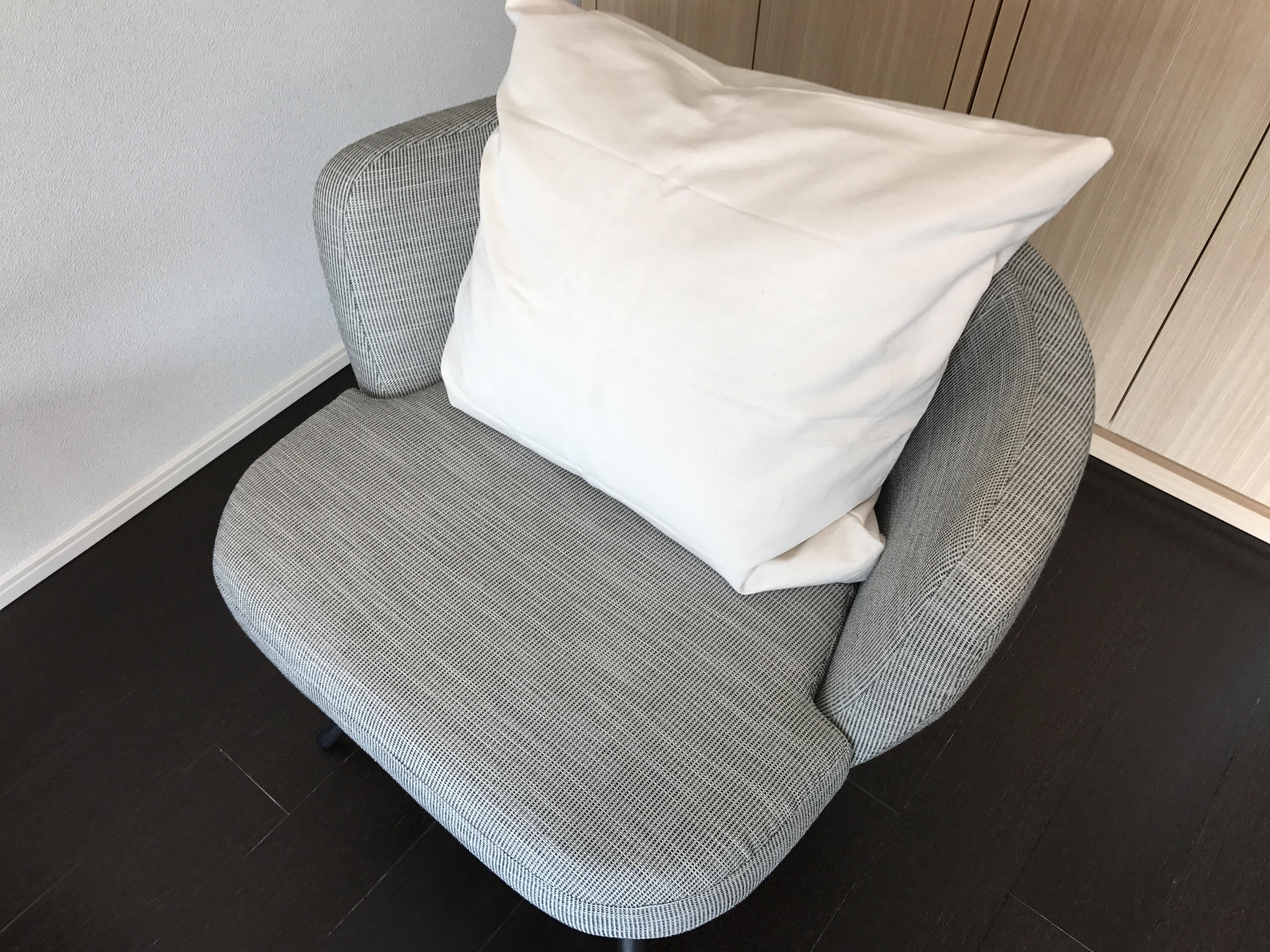 カウンセリング用の椅子にクッションを置きました。